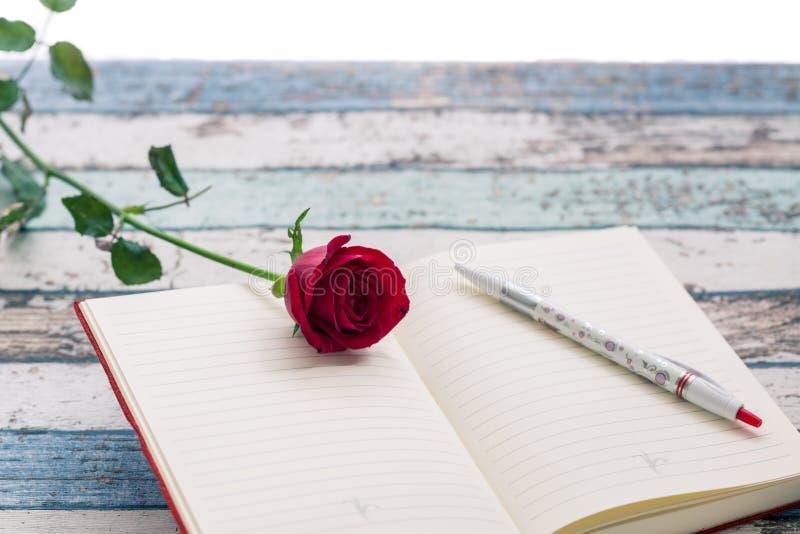Escritura para el amor: rosa, diario y pluma del rojo fotos de archivo libres de regalías