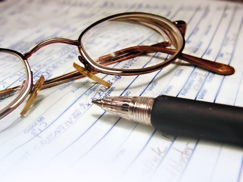 Escritura: pluma y vidrios fotografía de archivo libre de regalías