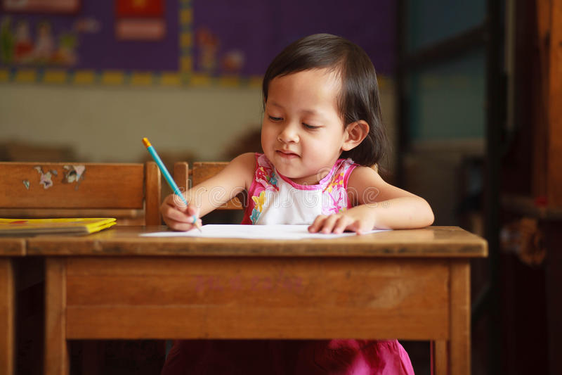 Escritura y sonrisa del niño foto de archivo libre de regalías