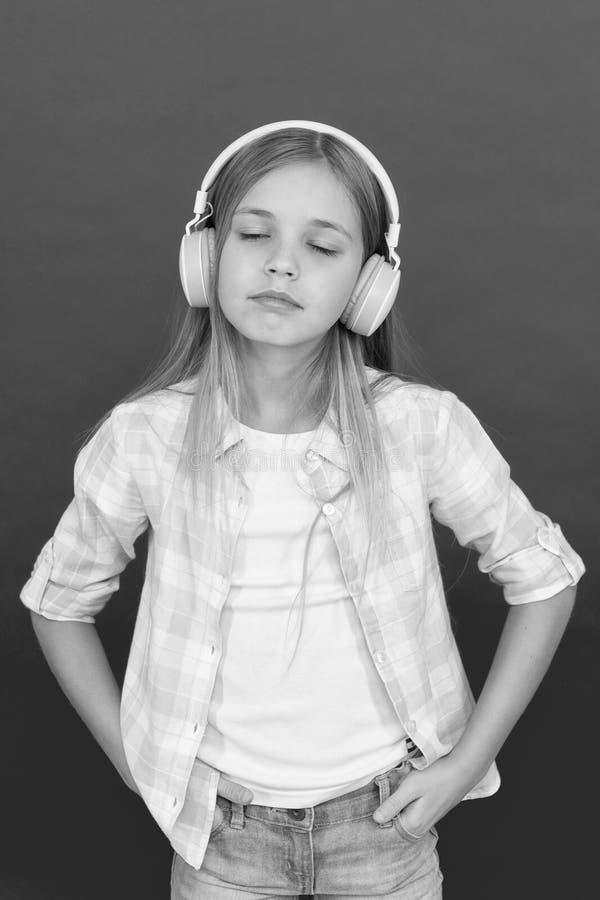 Escuche la música Belleza y moda Felicidad de la niñez Jugador Mp3 [1] El día de los niños Tecnología audio el pequeño niño escuc imagen de archivo
