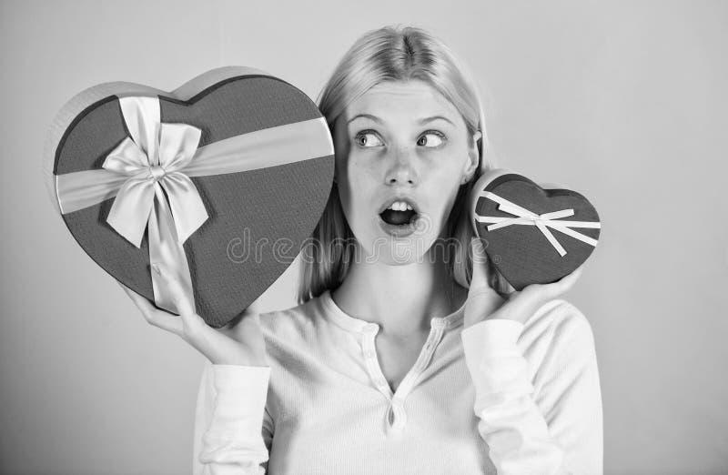 Escuche su corazón Chica decide qué regalo le gusta más Grandes sorpresas y pequeños regalos Elegir Regalo romántico para fotos de archivo