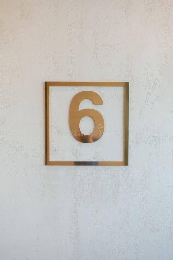 escudo con un seis de oro fotos de archivo