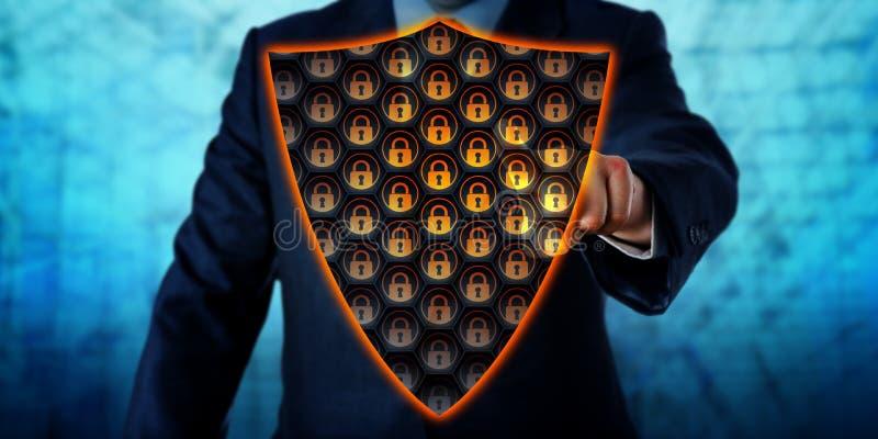 Escudo de Activating Virtual Antivirus del hombre de negocios imagenes de archivo