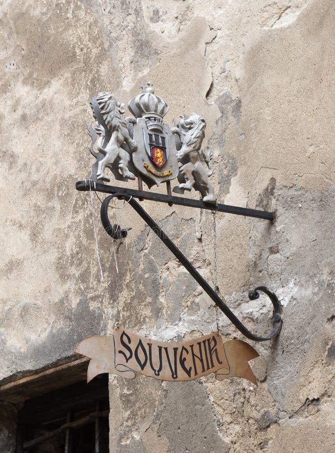 Escudo de armas decorativo sobre la entrada a la tienda de souvenirs en la ciudad de Sighisoara en Rumania imagenes de archivo