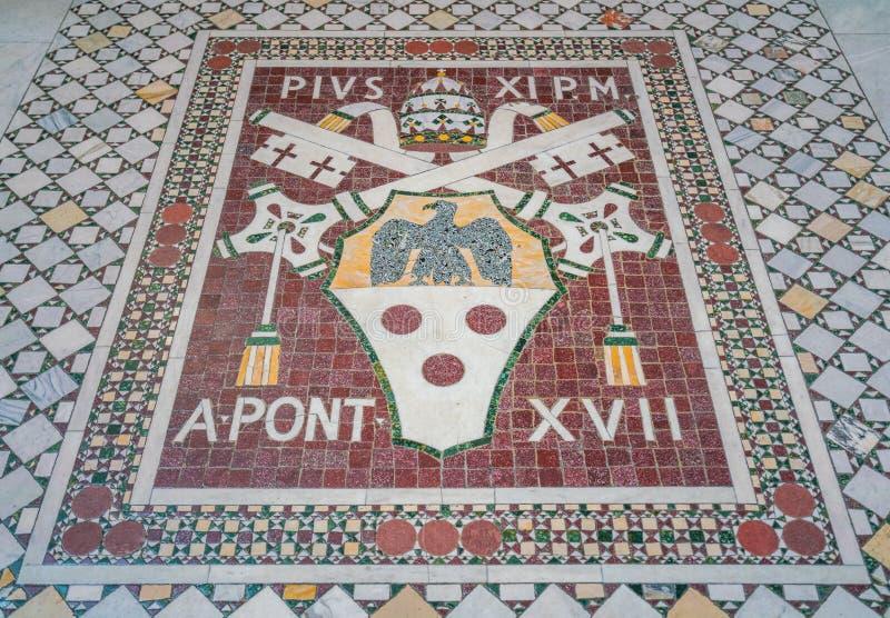 Escudo de armas del mosaico de papa Pío XI en la basílica del santo John Lateran en Roma fotografía de archivo