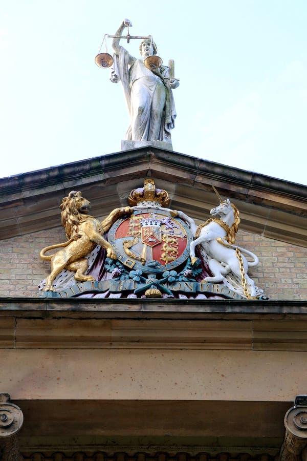 Escudo de armas en el frontón con una representación de la justicia arriba fotos de archivo libres de regalías