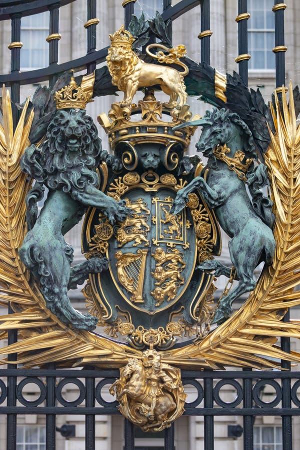 Escudo de armas de Gran Bretaña en las puertas del Buckingham Palace fotografía de archivo