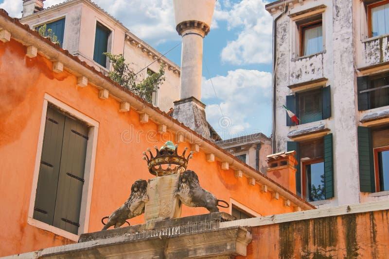 Download Escudo De Armas Y Corona En Un Edificio En Venecia Foto de archivo - Imagen de herencia, histórico: 42433362