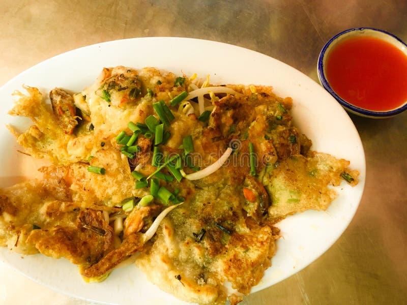 Escudo de ostra da fritada fritado na massa Hoi Tod do ovo na placa fotografia de stock