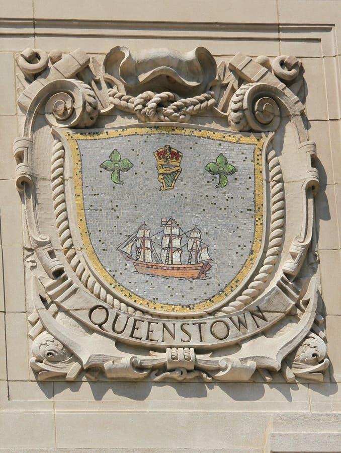 Escudo del mosaico de la ciudad de puerto renombrada Queenstown en la fachada de las líneas pacíficas construcción de Estados Uni imagen de archivo libre de regalías