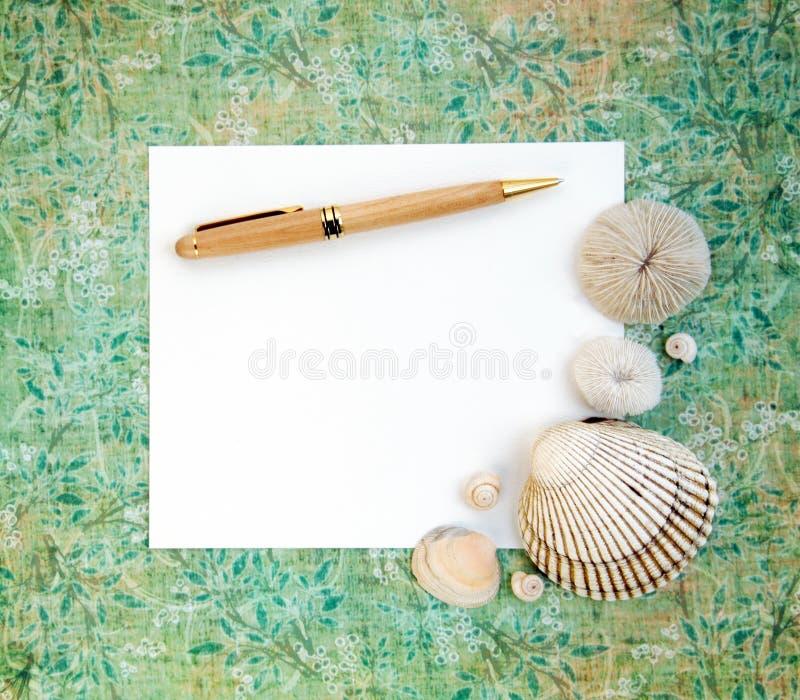 Escudos do mar com papel em branco e pena fotos de stock