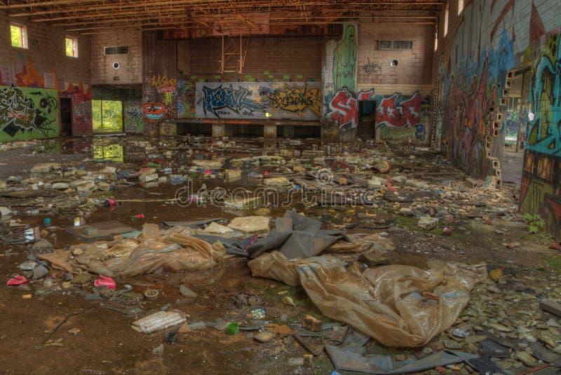 Escuela abandonada cubierta en pintada imagen de archivo