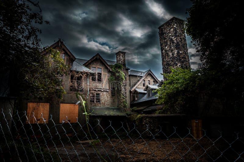 Escuela abandonada para las muchachas fotografía de archivo