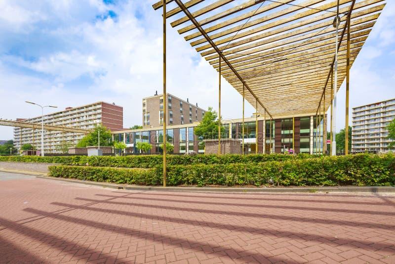 Escuela de Elementry con las construcciones de viviendas grandes en el backgroun foto de archivo