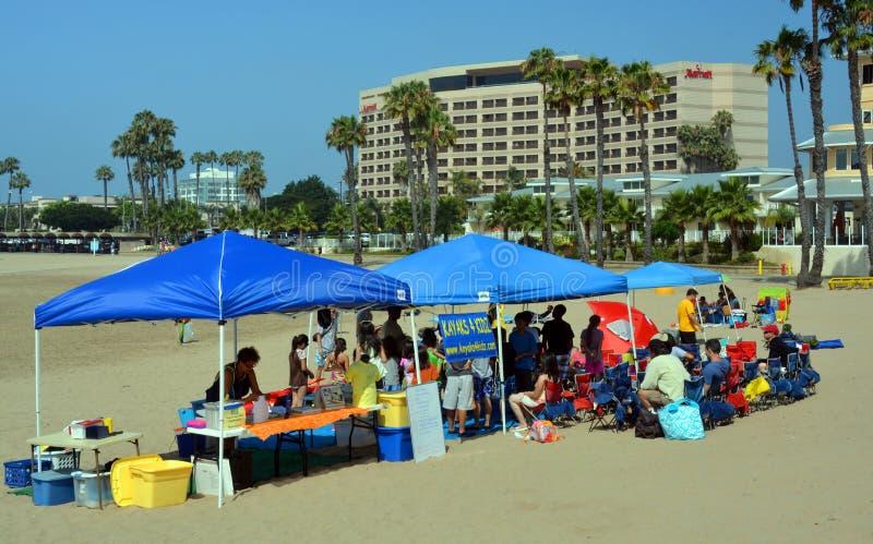 Escuela de entrenamiento de Kidz de los kajaks 4 en la playa en Marina Del Rey. imagenes de archivo