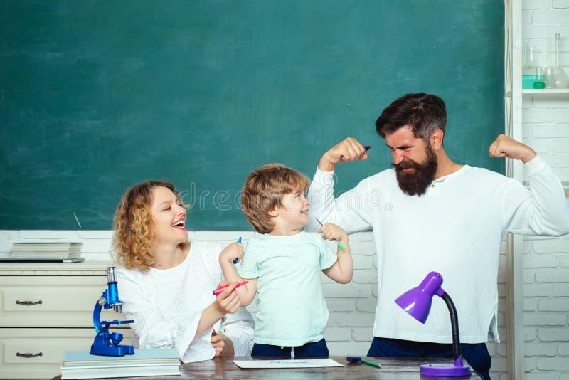 Escuela de la familia De nuevo a ense?ar del escuela y casero Matemáticas para los niños Alumno que aprende las letras y los núme foto de archivo libre de regalías