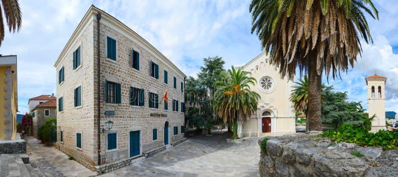 Escuela de música, iglesia de St Jerome y campanario, Herceg Novi, imagen de archivo