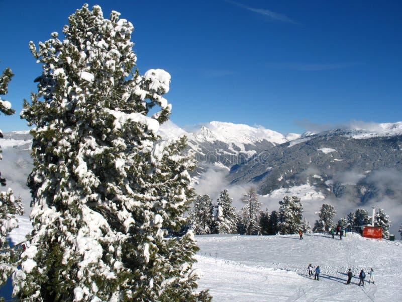 Escuela del esquí en la cuesta foto de archivo libre de regalías