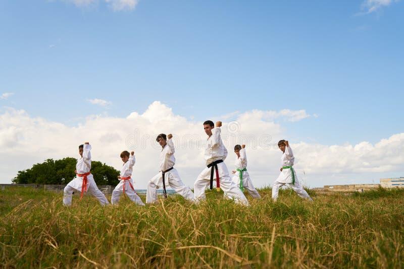 Escuela del karate con el profesor And Boys Warming para arriba imagen de archivo libre de regalías