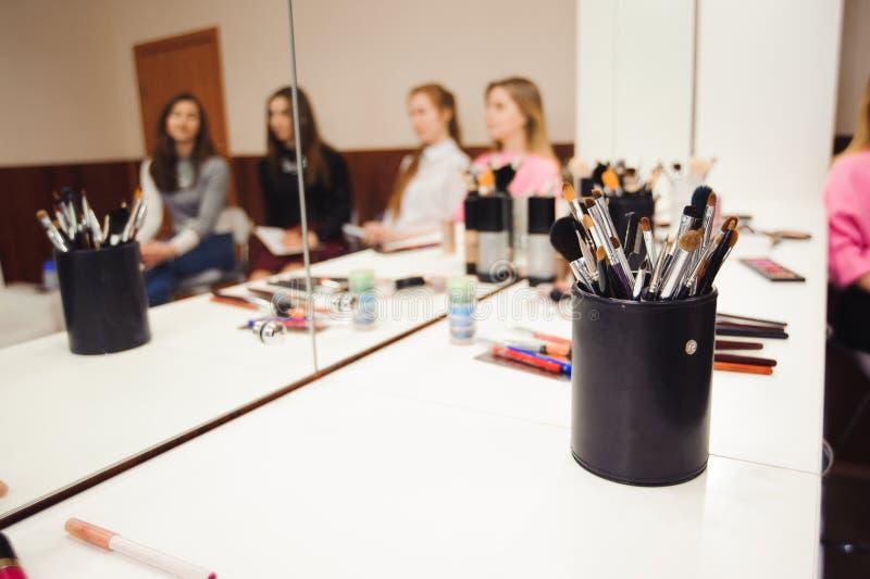 Escuela del maquillaje Estudiantes de un artista de maquillaje profesional en clase imagen de archivo