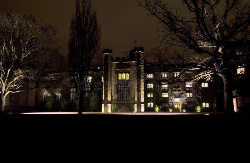 Escuela del rugbi encendida para arriba en la noche fotos de archivo libres de regalías