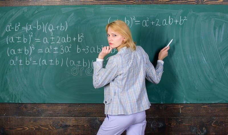 Escuela El enseñar casero Mujer pensativa De nuevo a escuela Día de los profesores profesor en la lección de la escuela Estudio y fotos de archivo libres de regalías