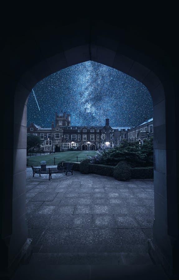 Escuela en la noche imagenes de archivo