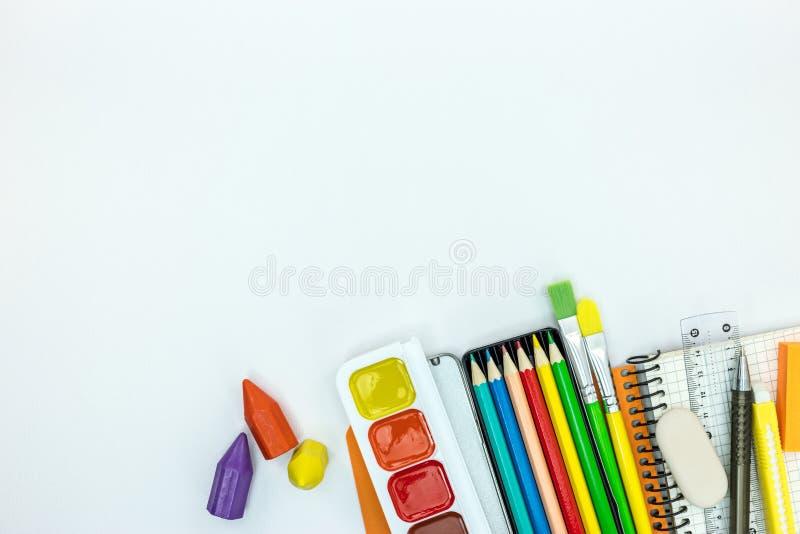 Escuela inmóvil y herramientas para los niños el cuaderno, pintura, dibujó a lápiz o imagenes de archivo