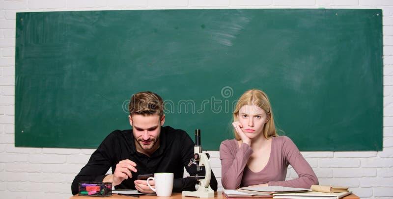 Escuela moderna D?a del conocimiento De nuevo a escuela Pares del hombre y de la mujer en sala de clase Estudiante Life Lecci?n y fotografía de archivo libre de regalías