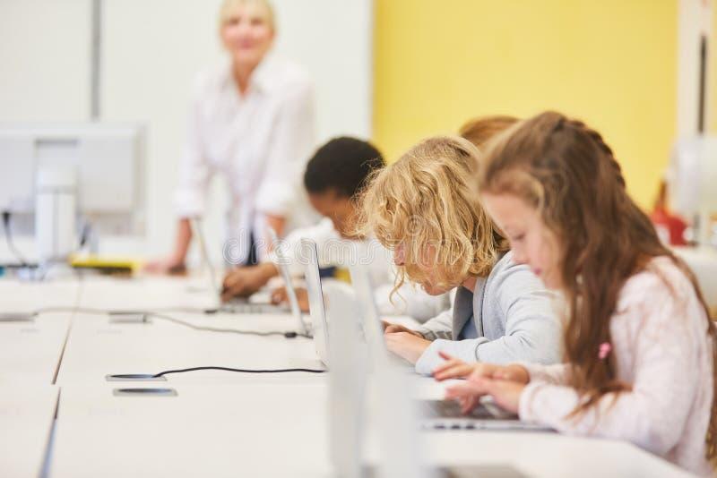 Escuela primaria con Internet rápido fotografía de archivo