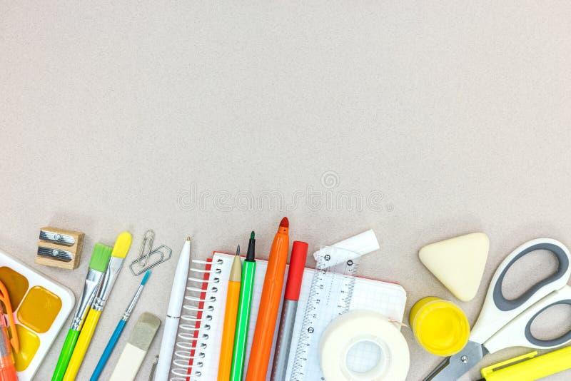 Escuela y oficina inmóviles en la tabla gris imágenes de archivo libres de regalías