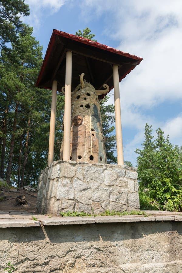 Esculpa al dueño de la montaña en el centro turístico Belokurikha de Tserkovka del soporte en el Altai Krai fotos de archivo libres de regalías