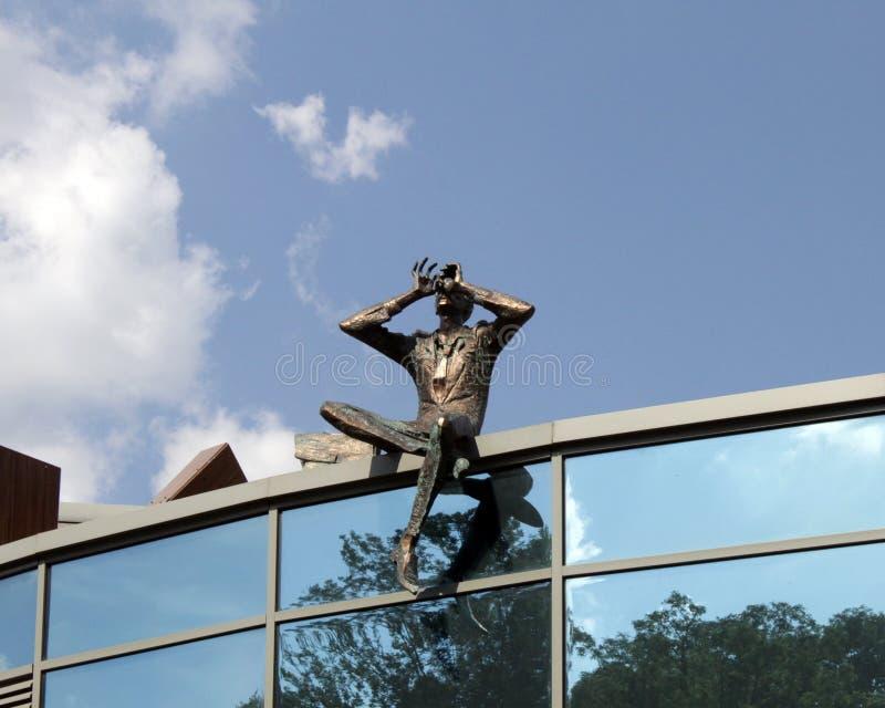 Esculpa al observador en el tejado del edificio contemporáneo, Kiev, Ucrania fotografía de archivo libre de regalías