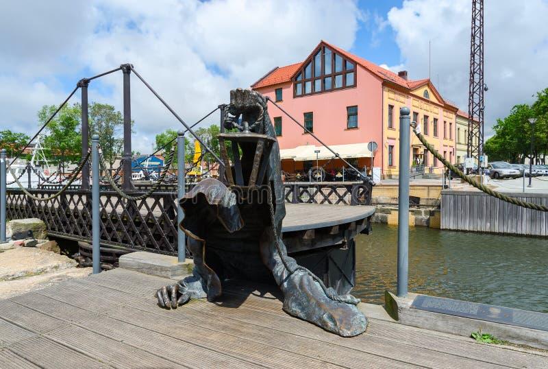 Esculpa el fantasma negro cerca del puente de oscilación labrado en Klaipeda foto de archivo