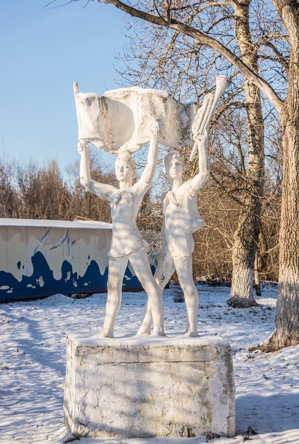 Esculpa URSS, un monumento a los pioneros abandonados, olvidado imagenes de archivo