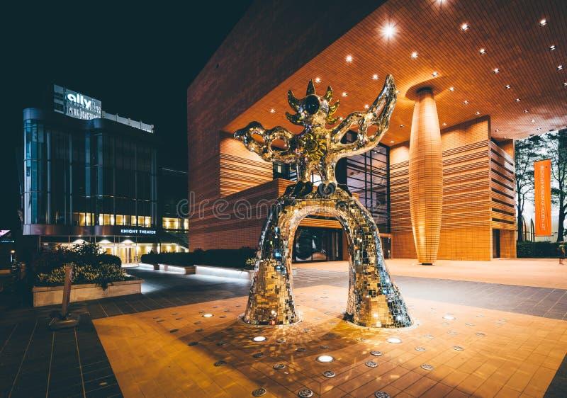 Esculpa y el museo de Bechtler del arte moderno en la noche, en Upt foto de archivo