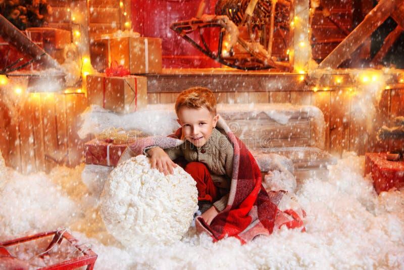 Esculpindo um menino do boneco de neve imagens de stock