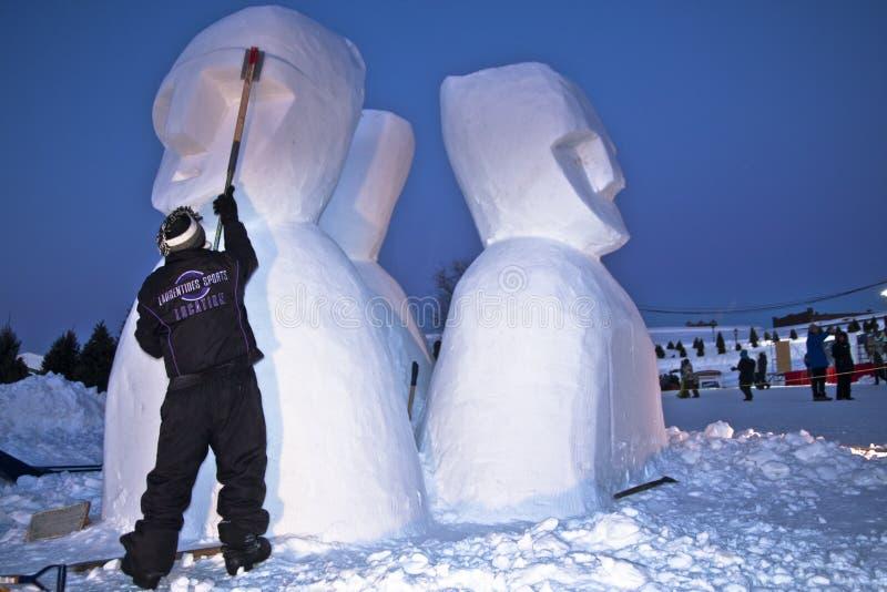 Escultor da neve no trabalho foto de stock