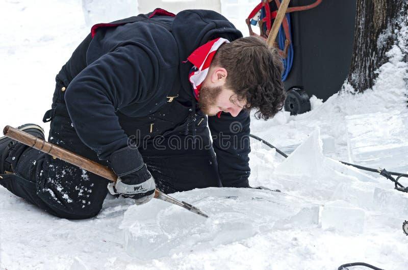 Escultor de hielo moldeando hielo en el suelo imágenes de archivo libres de regalías