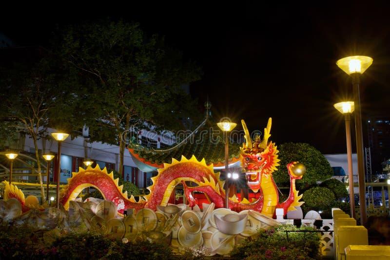 Escultura 2012 chinesa do dragão do ano novo na ponte fotos de stock