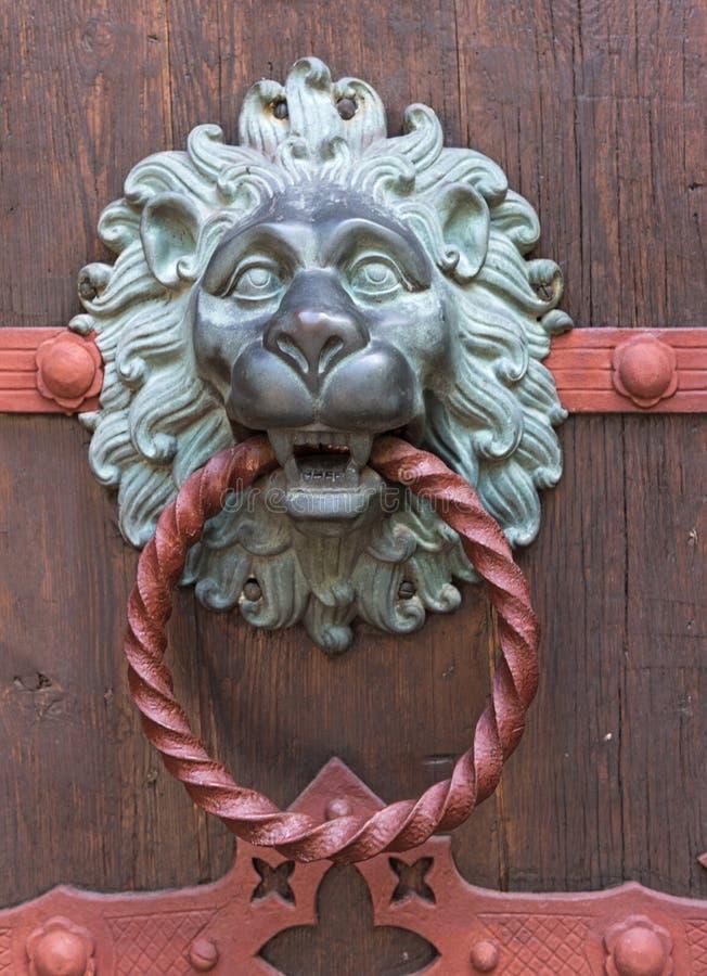 Escultura adornada del le?n de la vista lateral del golpeador de puerta fotos de archivo