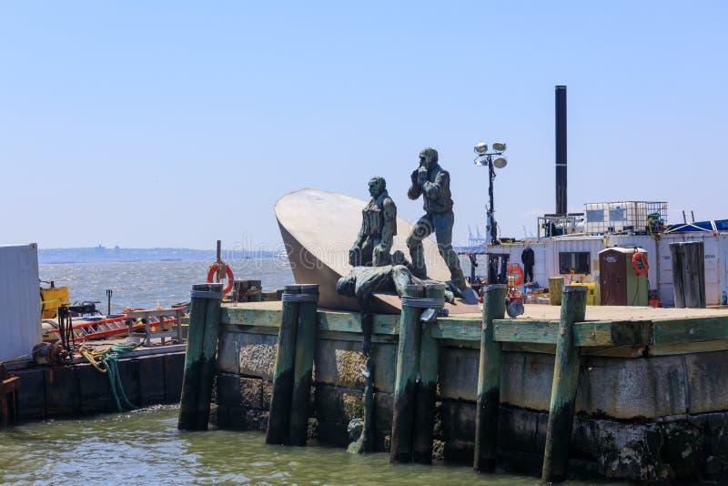 Escultura americana de Marines Memorial do comerciante no cais A da cidade no parque de bateria imagem de stock royalty free