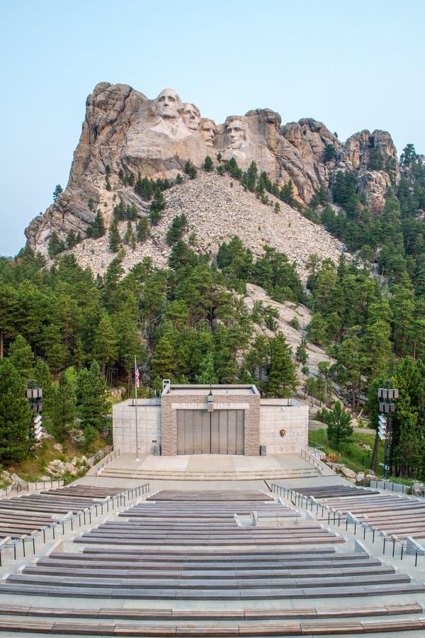 Escultura & anfiteatro memoráveis nacionais do Monte Rushmore imagens de stock