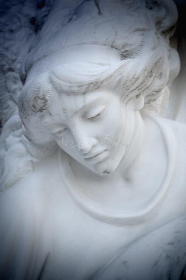 Escultura antiga de uma religião do anjo, fé, santamente, concep do pecado fotos de stock