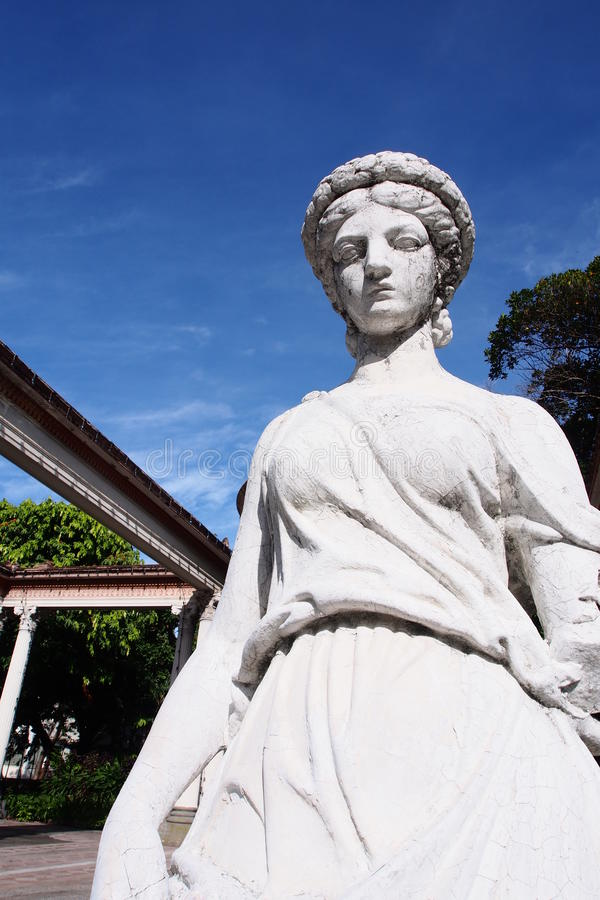 Escultura antiga do estilo romano no palácio imagens de stock