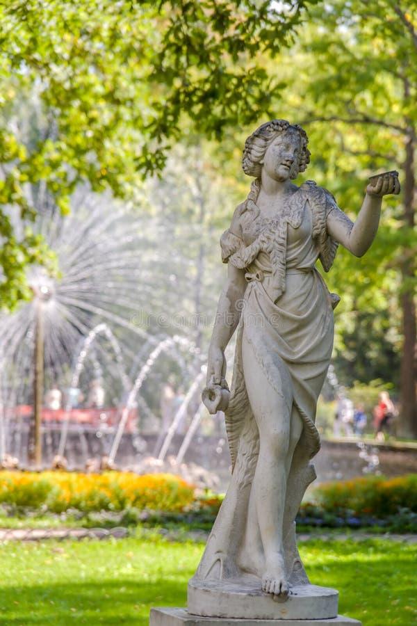 Escultura antiga no parque da fonte do peterhoff foto de stock