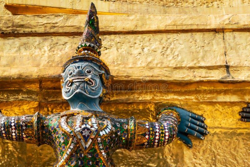 Escultura antiga tailandesa, escultura gigante do poema épico de Ramayana em Wat Phra Keaw, templo da Buda esmeralda, Banguecoque fotografia de stock