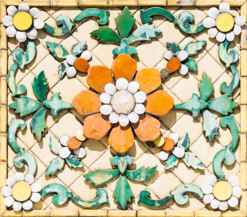 Escultura antigua de la flor foto de archivo