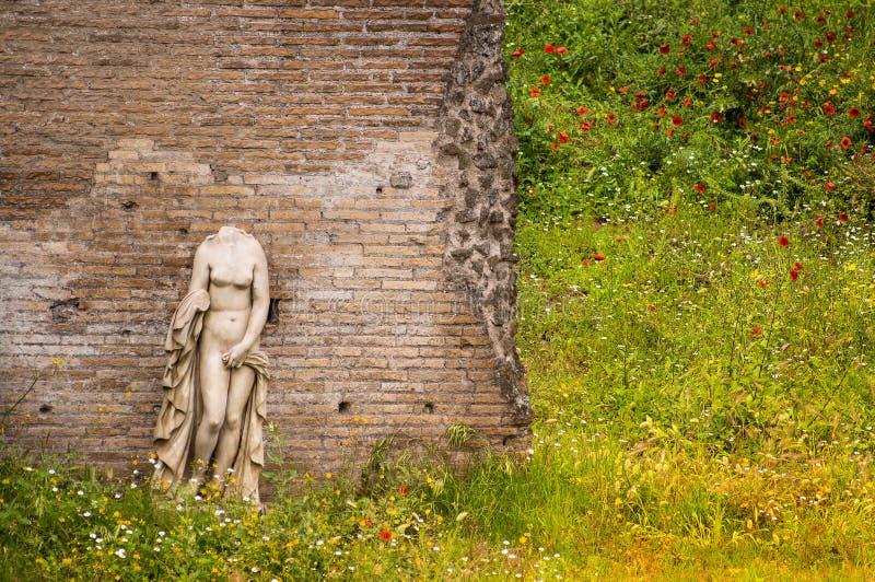 Escultura antigua de la mujer en el jardín Palatine Roma de Augustans de las bóvedas fotografía de archivo libre de regalías