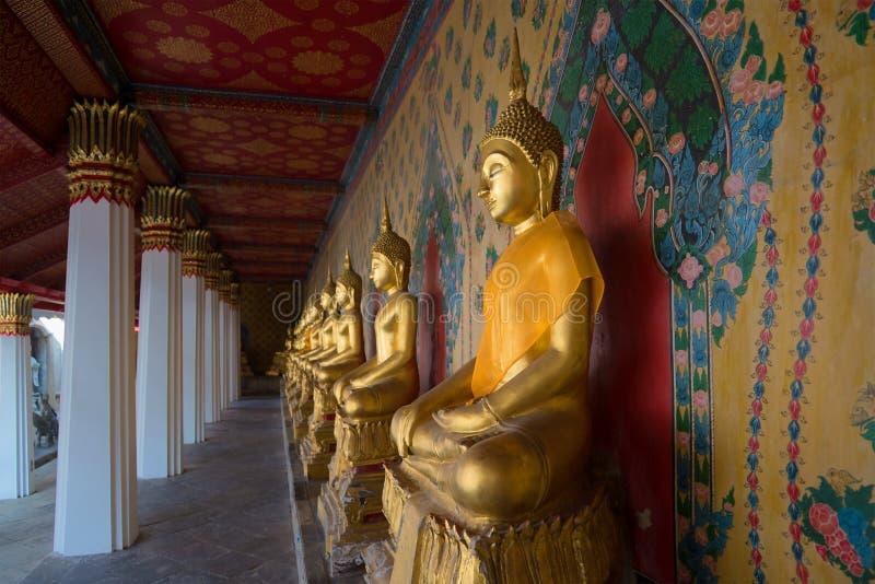 Escultura antigua de un Buda asentado en la galería de Wat Arun, Tailandia fotografía de archivo